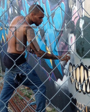chris-brown-graffiti-painting-monsters-photos-wm-0110-480w